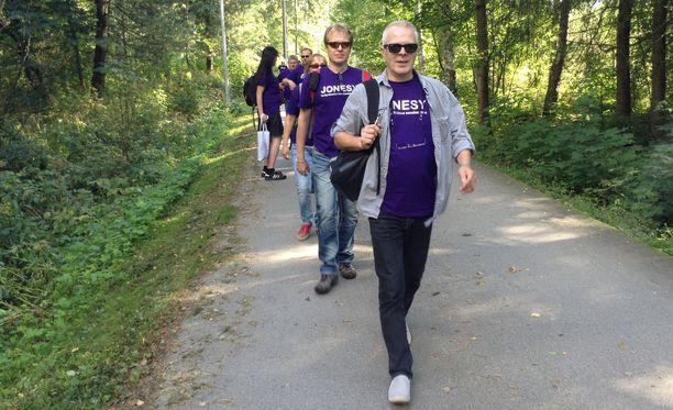 Joka vuosi toistakymmentä innokasta fania kävelee Helsingistä Espooseen. Kuva Derby-kävelystä vuodelta 2014.