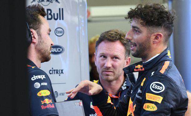 Christian Horner (keskellä) ihmettelee hieman Daniel Ricciardon (oikealla) ratkaisua siirtyä pienempään talliin.