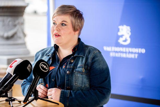 Valtiovarainministeri Annika Saarikon (kesk) johtama ministeriö laskee valtion tulojen kohentuvan tänä vuonna kahdella miljardilla eurolla ennakoitua enemmän.