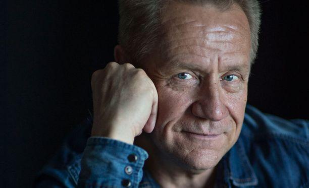 Olli Lindholmin antoi torstaina potkut Yön basistille ja kitaristille.