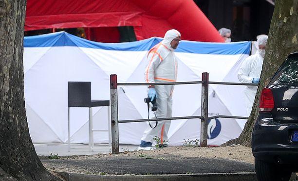 Rikospaikkatutkijat surmapaikalla Liègessä.
