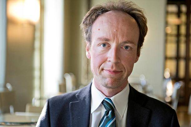 Kansanedustaja Jussi Halla-aho (ps) pitää pakolaisten vastaanottoa verovarojen tuhlaamisena.