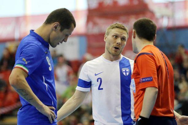 Panu Autio neuvotteli tuomarin kanssa maaliskuussa 2015 pelatussa EM-karsinta-ottelussa Italiaa vastaan.