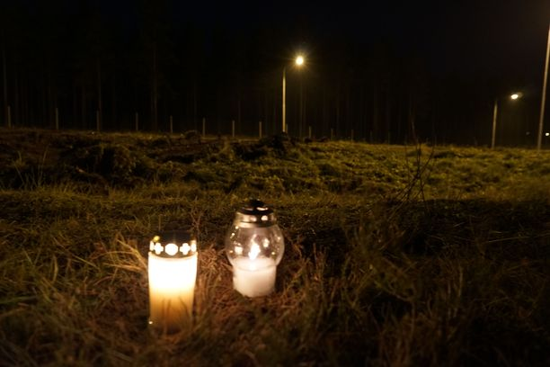 Turmapaikalle oli tuotu kynttilöitä. Onnettomuus tapahtui keskiviikkona.