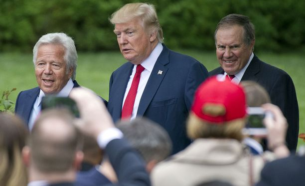 Trump poseerasi huhtikuussa Valkoisen talon pihamaalla NFL-mestari New England Patriotsin omistajan Robert Kraftin (vas.) ja päävalmentaja Bill Belichickin kanssa. Suuri osa Patriots-miehistöstä jätti vierailun kokonaan väliin.