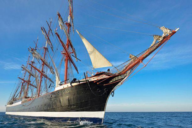 Tässä menee maailman suurin purjealus!