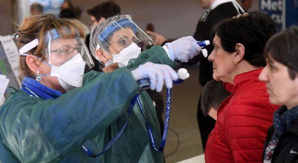 Paviassa Maugerin sairaalaan tulevilta mitataan lämpötila ennen sisäänpääsyä.