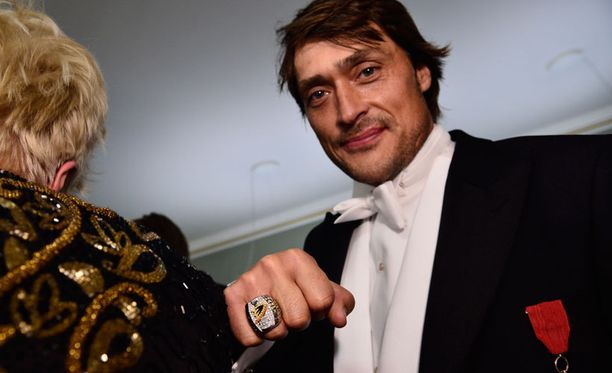 Teemu Selänne juhli Linnassa Stanley Cup -sormus sormessaan.