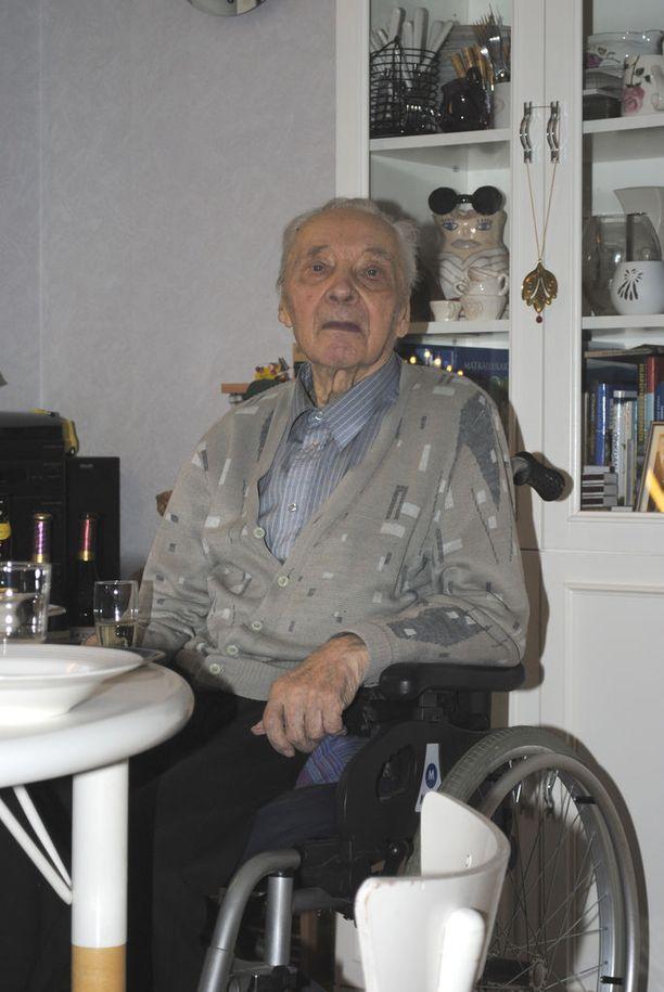 Olavi Tiainen tuli vuosi sitten varsin hyvin toimeen kotona. Viime kuukausien aikana veteraanin kunto heikkeni, mutta hänet kotiutettiin hoivaosastolta. Kaksi päivää myöhemmin hän syöksyi pyörätuolilla portaat alas ja kuoli rappukäytävässä saamiinsa vammoihin.