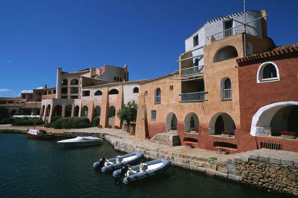Cala Volpe -hotelli edustaa perinteistä sardinialaistyyliä. Ulkonäkö voi hämätä, sillä kyseessä on varsin ylellinen majapaikka.