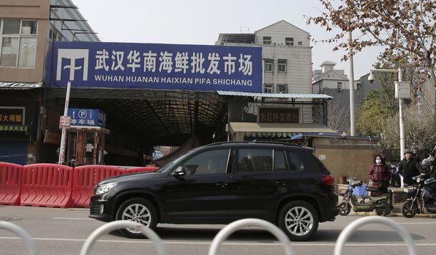 Koronaviruksen alkulähde ei välttämättä ole Huananin merenelävämarkkinoilla Wuhanissa, kuten alkuun ajateltiin. Kuva suljetusta markkinapaikasta tammikuulta.