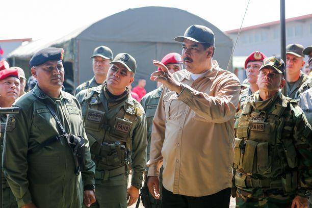 Maduro johti sotaharjoitusta Caracasissa sunnuntaina. Armeija on toistaiseksi pysynyt hänen tukenaan, vaikka ylivoimainen enemmistö kansasta vastustaa häntä.