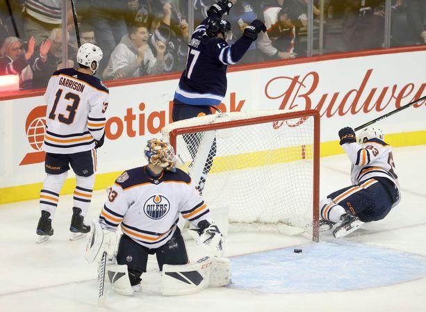 Winnipeg Jetsin Adam Lowry tuulettaa. Lowry teki Edmonton Oilersia vastaan kaksi ottelun ensimmäistä maalia.