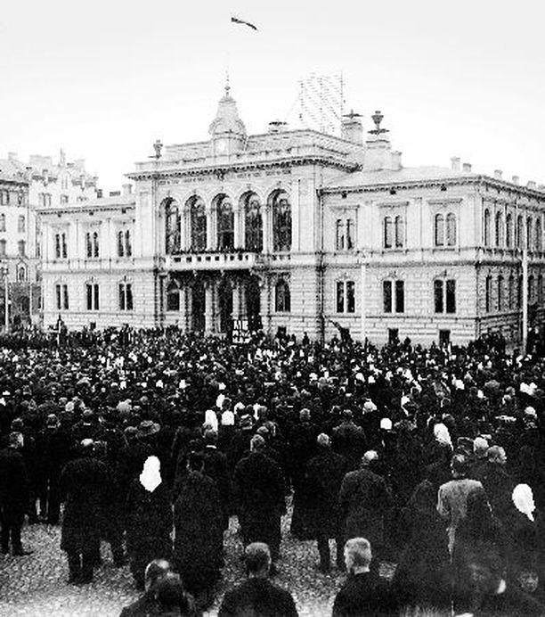 DOKUMENTTI Suurlakkokokous Tampereella 1905 pelästytti tsaarin myöntyväiseksi.