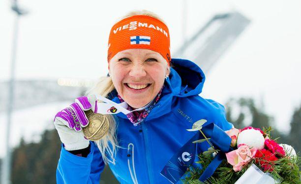 Kaisa Mäkäräisellä menee taloudellisesti melko hyvin. Kuvassa hän tuulettaa Oslon yhteislähtökisan MM-pronssia. Se toi 7000 euroa.