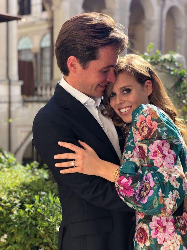 Prinsessa Beatrice ja Edoardo Mapelli Mozzi aikovat avioitua pienesti. Häät voidaan järjestää myös katseilta suojassa ulkomailla.
