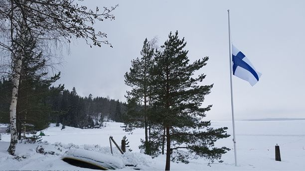 Lippu oli puolitangossa koko keskiviikkoillan Kaupinojan saunalla Näsijärven rannalla.