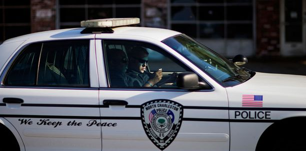 Charlestonin poliisi partioimassa lähellä Walter Scottin surmapaikkaa.