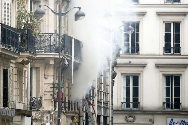 Savu nousi rakennuksesta räjähdyksen jälkeen.