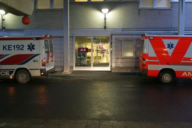 Nuori mies leikattiin välittömästi sairaalassa, mutta hän kuoli viittä päivää myöhemmin. Kuva on Oulun yliopistollisen sairaalan päivystyksen ovelta.