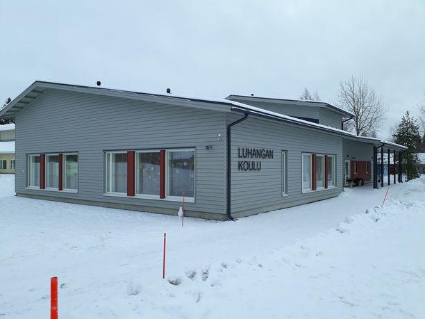 Luhangan uusi koulu valmistui muutama vuosi sitten. Se sijaitsee kahdentoista kilometrin päässä kirkonkylältä Tammijärvellä, jossa suurin osa kunnan asukkaista asuu.