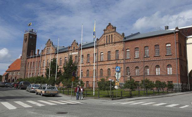 Erityisesti suomenkielisten pietarsaarelaisten keskuudessa esiintyy Iltalehden keräämien lukijakommenttien perusteella tyytymättömyyttä. Kuvassa kaupungintalo.