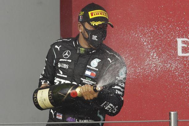 Lewis Hamilton käänsi vaikean asemansa jälleen kerran voitokseen.