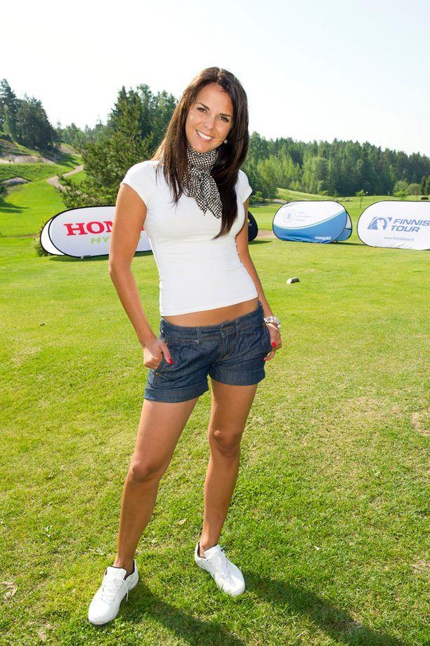 Golf-tapahtumassa Peuramaa-Golfissa Kirkkonummella vuonna 2011 Satu edusti vatsa paljaana.