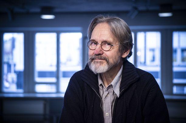 Asko Sarkola harjoittelee parhaillaan Svenska Teaternin näytelmää Pappan. Siinä Sarkola näyttelee iäkästä, muistisairasta miestä.