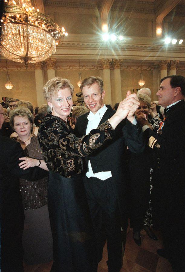 Marja-Liisa ja Harri Kirvesniemi ovat tuttuja vieraita itsenäisyyspäivän vastaanotolla. Kuva vuodelta 1998.