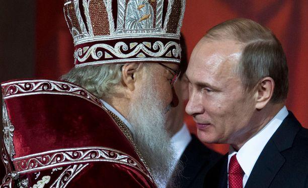 Patriarkka Kirillin tiedetään olevan läheisissä väleissä Venäjän presidentti Vladimir Putinin kanssa.