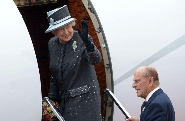 Kuningatar Elisabet suosii yksityiskoneita. Lyhyet matkat hän tekee mielellään junalla.