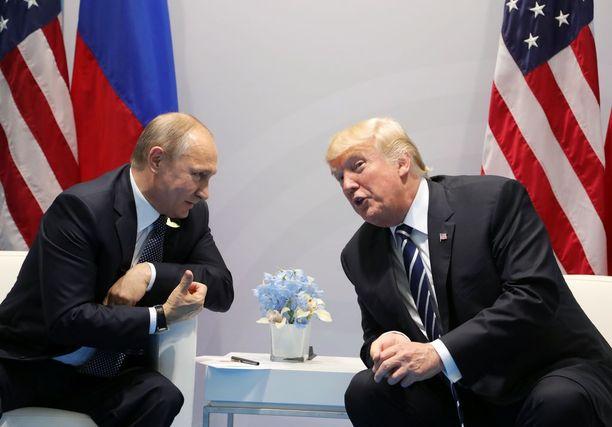 Venäjän presidentti Vladimir Putin ja Yhdysvaltain presidentti Donald Trump tapasivat perjantaina ensimmäistä kertaa. Kaksikko keskusteli kahden kesken lähes kaksi ja puoli tuntia.
