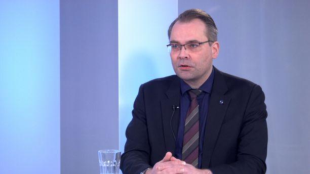 Puolustusministeri Jussi Niinistö tutustui Airiston Helmeen jo kolme vuotta ennen kuin viranomaiset iskivät sinne.