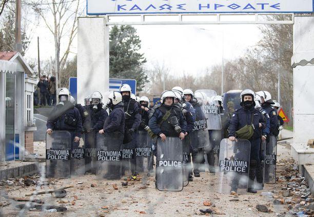 Kreikan poliisi sanoo pysäyttäneensä siirtolaiset. Turkin presidentti väittää, että rajan EU:n puolelle on ylittänyt jo 18 000 ihmistä.