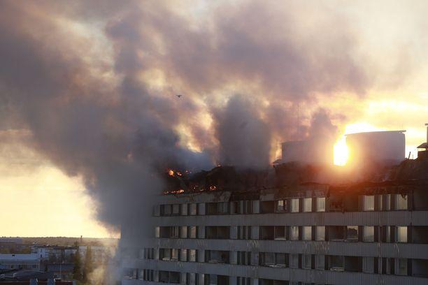 Palo keskittyi rakennuksen ylimpään kerrokseen. Kuva keskiviikkoilllalta.