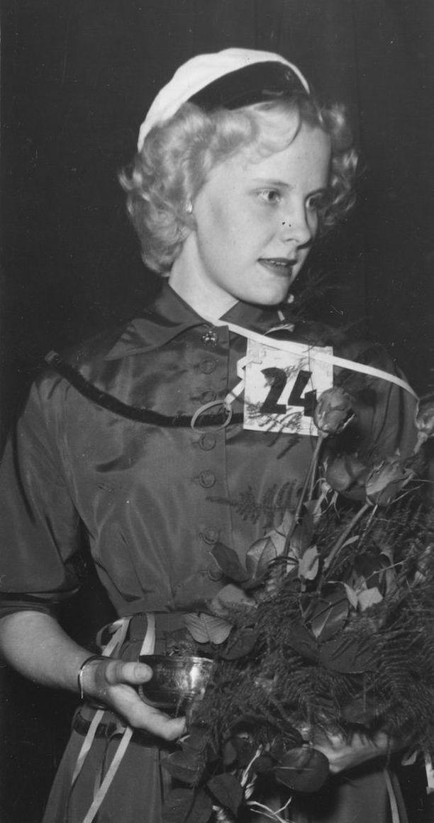 """Vapputyttö. Vapunaattona 1954 valittiin Tukholmassa 21-vuotias """"vaaleatukkainen ja sinisilmäinen helsinkiläistyttö"""" Ritva Larinen vapputytöksi. Larinen oli silloin Tukholmassa lastenhoitajana ja hänen isänsä oli agronomi Helsingissä, kerrottiin jutussa. Larinen kruunattiin juhlassa, jonka oli järjestänyt suomenkielinen lehti Tukholman Uutiset."""