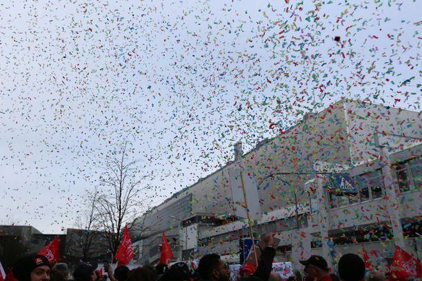 IG Metallin mielenosoituksessa Munchenin BWM-tehtaalla 2. helmikuuta oli juhlatunnelmaa, vaikka tuolloin liiton esitysten läpimenosta ei vielä ollut tietoa.
