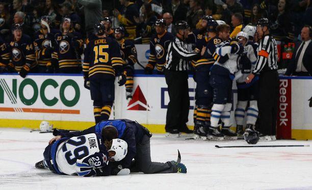 Buffalon Jake McCaben taklaus aiheutti Patrik Laineelle aivotärähdyksen 7. tammikuuta.