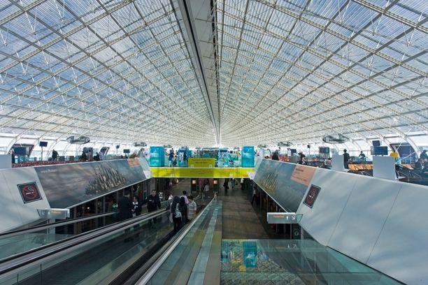 Kone laskeutuu Pariisiin Charles de Gaulle-lentokentälle. Kuvituskuva lentokentältä.