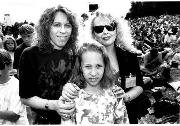 Janna muusikkovanhempiensa Sami ja Maarit Hurmerinnan kanssa vuonna 1993.
