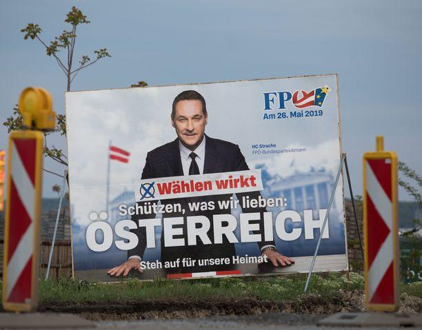 Heinz-Christian Strache kampanjoi näkyvästi eurovaaleissa. Tiedossa ei ole jättääkö hän skandaalin vuoksi ehdokkuutensa.