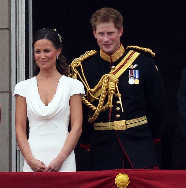 Kaasona toimi Catherinen sisko Pippa Middleton ja bestmanina Williamin veli prinssi Harry.