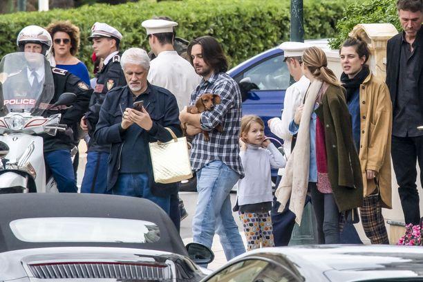 Lounastapaamisella oli ilmeisesti mukana myös perheen mäyräkoira, jota Dimitri Rassam pitää kuvassa sylissään.