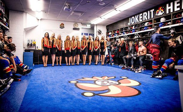 Jokerien pelaajat saivat Admiral-pelin jälkeen mieluisia vieraita, kun Miss Suomi -ehdokkaat saapuivat joukkueen pukukoppiin.