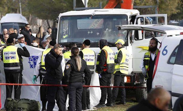 Palestiinalainen mies ajoi israelilaisten sotilaiden päälle Jerusalemissa.