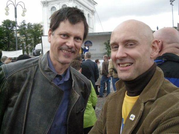 Vuoden Markku 2005, designeri Markku Piri ja ME-kokoon puuhamies Markku Salminen riemuitsevat ME:stä.