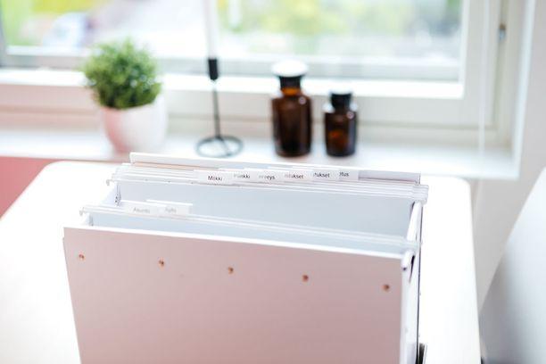 Paperikaaoksen taltuttamiseen Aalto neuvoo kolmen lokeron systeemiä. Siinä asiapaperit jaetaan tee, lue ja arkistoi -osioihin. Arkistoinnissa ammattijärjestäjä suosii riippukansioita.