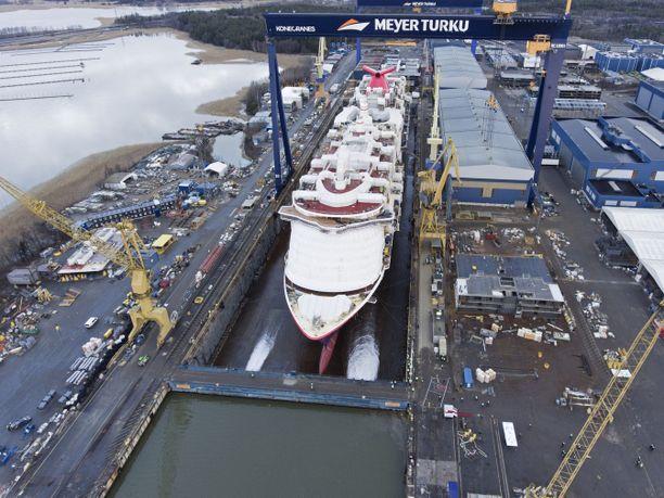 Meyer Turku valmistaa muun muassa loistoristeilijöitä Pernon telakalla.