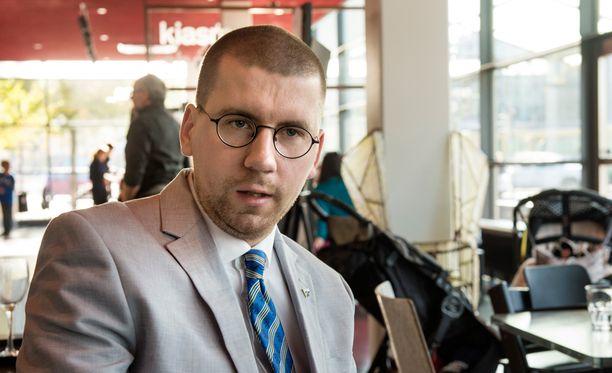 Syytteen saanut Sebastian Tynkkynen on kiistänyt syyllistyneensä rikoksiin. Tynkkysen mukaan hän on pyrkinyt puolustamaan länsimaisia arvoja.